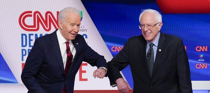 Joe Biden et Bernie Sanders font un «elbow shake» lors d'un débat télévisé sur CNN, le 15 mars 2020.