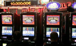 Des bandits-manchots dans un casino. Illustration