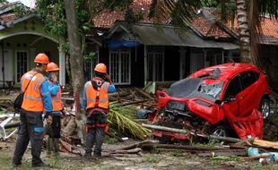Les secours tentent de venir en aide aux survivants du tsunami en Indonésie