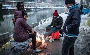 Des centaines de migrants vivent dans des tentes au bord du canal Saint-Martin.