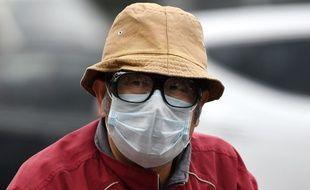 Un homme porte un masque de protection contre la pollution à Pékin, en Chine, le 18 octobre 2016.