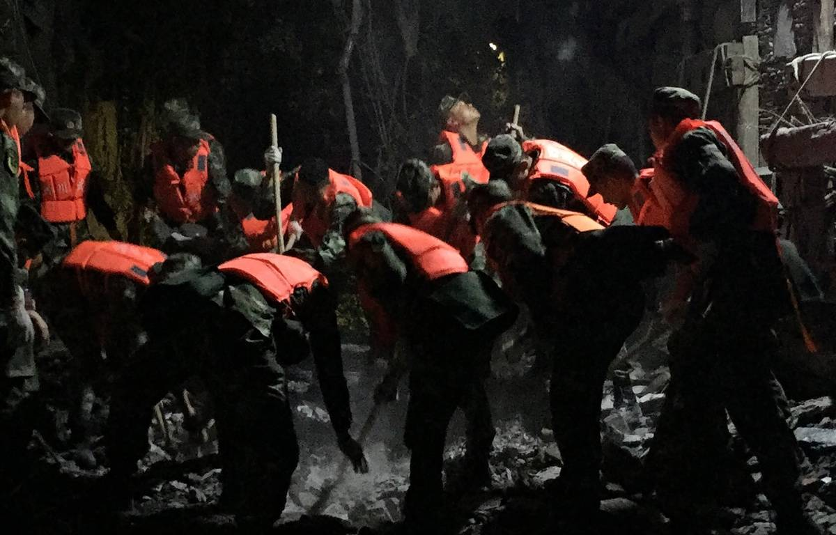 Les forces paramilitaires chinoises recherchent des survivants après le tremblement de terre du Sichuan, le 9 août 2017. – STR / AFP