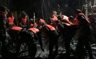 Les forces paramilitaires chinoises recherchent des survivants après le tremblement de terre du Sichuan, le 9 août 2017.