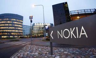 Le fabricant finlandais de téléphones mobiles Nokia a annoncé jeudi une très lourde perte au deuxième trimestre, quasiment quadruplée sur un an à 1,41 milliard d'euros, creusée par la baisse du chiffre d'affaires.