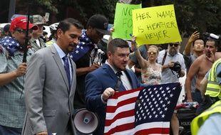 Jason Kessler, déjà à l'origine du rassemblement de l'an dernier à Charlottesville, à la tête d'une poignée de suprémacistes blancs au milieu d'une foule de contre-manifestants, à Washington le 12 août 2018.