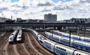 Des TGV stationnés à proximité de Paris, au mois d'avril.