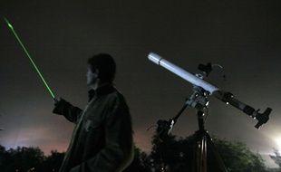 Un homme pointe un laser vers le ciel. illustration