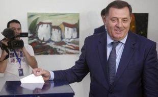 Le président sortant de l'entité serbe, Milorad Dodik, qui brigue un second mandat, vote à Banja Luka en Bosnie le 12 octobre 2014