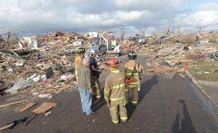 Des pompiers à Washington, où une tornade a touché au moins 50 maisons, dimanche 17 novembre 2013.