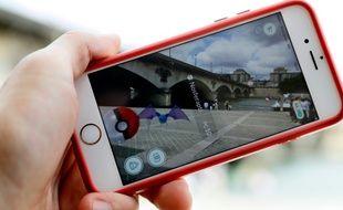Un utilisateur du jeu Pokemon Go tente de capturer un monstre, sur son smartphone