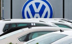 Le logo Volkswagen vu chez un concessionnaire à Woodbridge, en Virginie le 29 septembre 2015