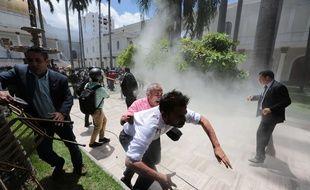 Des partisans du président vénézuélien Nicolas Maduro ont séquestré pendant neuf heures des députés et des journalistes mercredi 5 juillet 2017, après avoir violemment pénétré dans l'enceinte du parlement.