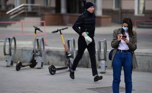 Une femme utilise son smartphone dans la rue à Moscou (illustration).