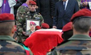 Les camarades de régiment d'Abel Chennouf portent son cercueil le 22 mars 2012 lors de ses funérailles à la cathédrale de Montauban (Tarn-et-Garonne)