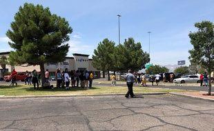 Des personnes rassemblées devant le centre commercial Cielo Vista à El Paso, le 3 août 2019.