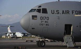 Un avion militaire américain, le 3 mai 2015 sur l'aéroport de Katmandou