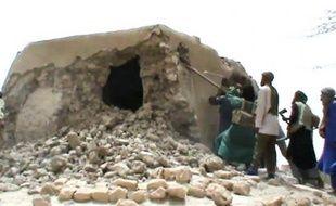 Les islamistes qui contrôlent le nord du Mali ont poursuivi lundi la destruction de bâtiments religieux musulmans à Tombouctou et posé des mines autour de la ville de Gao pour se protéger d'éventuelles attaques de rivaux touareg ou de soldats d'une force ouest-africaine.