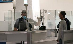 Un contrôle douanier à l'aéroport international de Miami, le 20 novembre 2020.