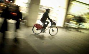 Un cycliste à Lyon, la nuit.