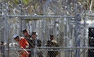Un détenu de Guantanamo encadré par des soldats américains, en 2002