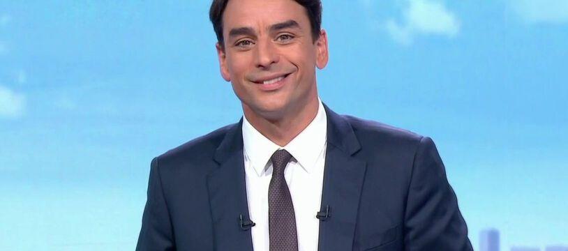 Julian Bugier garde le sourire malgré l'embarras