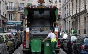 Un camion de collecte des déchets, à Paris le 1er octobre 2012