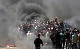 Les Palestiniens manifestent le long de la frontière israélienne, le 14 mai 2018.