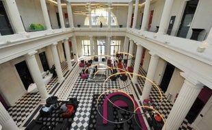 Dans les anciennes cellules des prisonniers en attente de jugement, on a installé des salles de spa, de fitness et on dîne désormais dans l'ancienne salle d'assises: l'ancien palais de justice de Nantes a rouvert ses portes, 12 ans après ses dernières audiences, transformé en hôtel de luxe, une première en France.