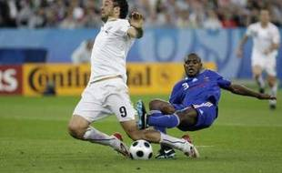 Italy's Luca Toni (L) is fouled in the penalty area by France's Eric Abidal during their Group C Euro 2008 soccer match at Letzigrund stadium in Zurich, June 17, 2008.   REUTERS/Max Rossi  (SWITZERLAND)