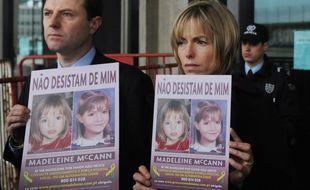 Gerry et Kate McCann posent avec le portrait de leur fille Madeleine