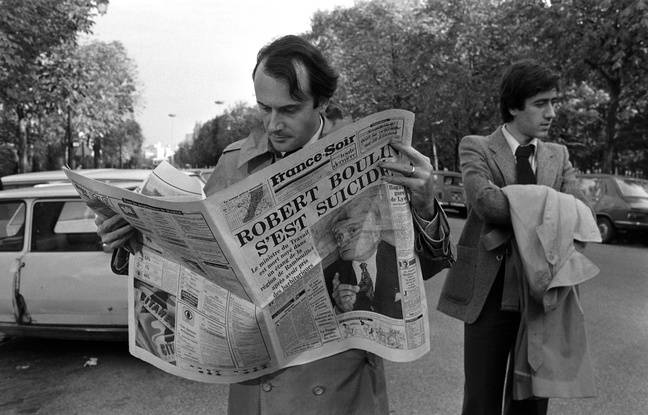 Photo prise le 30 octobre 1979, à Paris, d'un badaud lisant «France-Soir» qui titre en Une «Robert Boulin s'est suicidé».