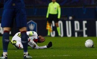 A six jours du match au Barça, Neymar sort sur blessure.