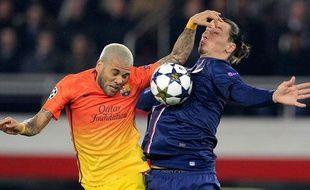 Daniel Alves à la lutte avec Zlatan Ibrahimovic lors du match entre le PSG et Barcelone le 2 avril 2013.