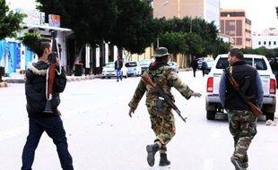 Les deux groupes armés libyens qui s'affrontaient au sud de Tripoli ont réglé leur conflit par un échange de prisonniers et ont accepté un cessez-le-feu, ont indiqué lundi des responsables locaux.