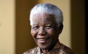 Le héros de la lutte anti-apartheid, Nelson Mandela, âgé de 93 ans, a été hospitalisé samedi pour des douleurs abdominales, mais le président sud-africain Jacob Zuma a assuré qu'il allait bien et qu'il sortirait dimanche ou lundi.