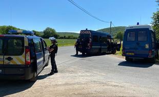 Tout le secteur autour de Lardin-Saint-Lazare est bouclé par un important dispositif de gendarmes