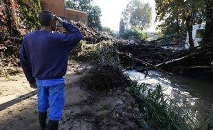 Un habitant de la  ville de Biot, dimanche 4 octobre 2015, après une nuit de pluies diluviennes.