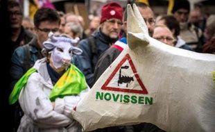 Des partisans de la Confédération paysanne manifestent devant le tribunal d'Amiens, pour soutenir les membres de ce syndicat agricole poursuivis pour dégradations dans une ferme industrielle