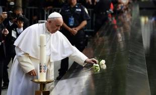 Le pape François prie pour les victimes du 11 septembre 2001, au mémorial du 11-Septembre, le 25 septembre 2015 à New York