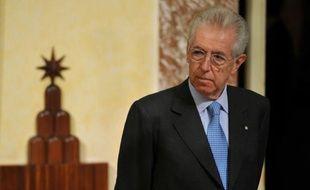Le chef du gouvernement Mario Monti, qui a demandé aux Italiens de lourds sacrifices pour sauver le pays, a reçu lundi le satisfecit des marchés pour son plan anti-crise qu'il doit présenter dans la journée au Parlement alors que s'ouvre une semaine cruciale pour la zone euro.