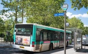Le 9 juillet, à Paris. Le bus de la ligne 67 devant un Abribus, à l'arrêt Sully-Morland.