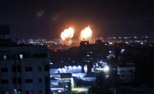 Explosions dans la bande de Gaza après des frappes aériennes israéliennes dans la nuit du 15 au 16 juin 2021.