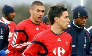 Les joueurs de l'équipe de France, Karim Benzema (en rouge à gauche), et Samir Nasri, lors d'un entraînement à Clairefontaine, le 27 mars 2007.