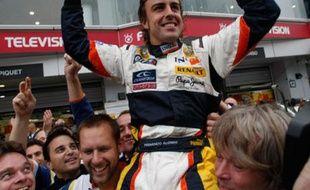 Fernando Alonso, le pilote espagnol de Renault, célébrant sa victoire lors du Grand Prix du Japon, le 12 octobre 2008.