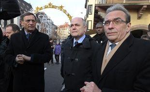 Robert Herrmann (à gauche) et Roland Ries (à droite), entourent l'éphémère ministre de l'Intérieur Bruno Le Roux. (archives)