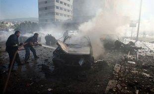 Au moins dix personnes ont été tuées, dont un responsable de la sécurité libanaise, dans un attentat à la bombe qui a visé vendredi un convoi des forces de sécurité près de Beyrouth, selon des sources des services de sécurité et militaires.