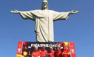 Bebeto et Mario Zagalo posent pour la fifa devant le Corcovado, le 12 septembre 2013 à Rio.