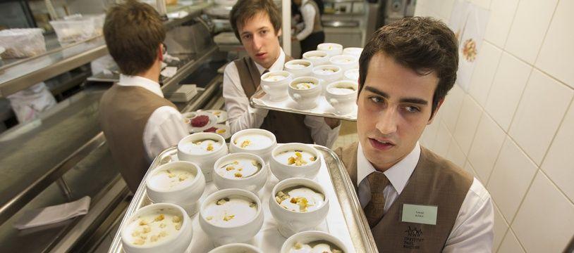 Des jeunes serveurs travaillent dans une brasserie (illustration).