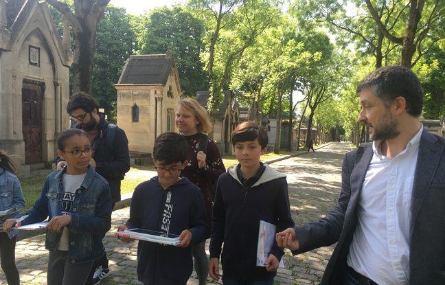 Les écoliers cheminent dans le cimetière du Père-Lachaise à la recherche de la tombe d'un soldat.