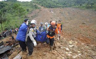 Les secours portent le corps d'une victime du glissement de terrain survenu le 31 décembre sur l'île de Java (Indonésie).